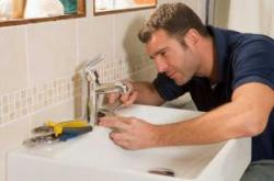 Highlands ranch plumber adjusts a leaking sink